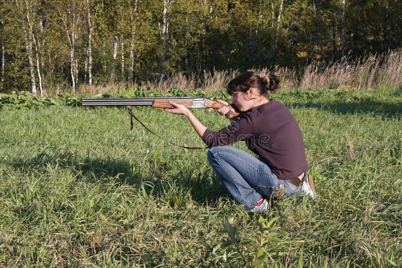 mira la pistola della ragazza immagini stock libere da diritti