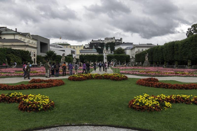 Mirabell pałac ogródy przegapia Hohensalzburg fortecę, Salzburg, Austria fotografia stock