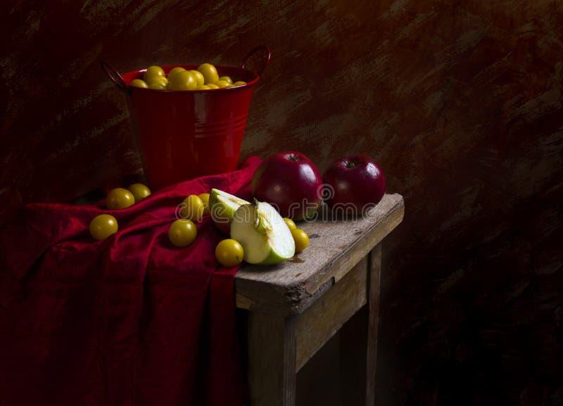 Mirabelle för plommoner för stillebenfruktäpplen royaltyfri fotografi