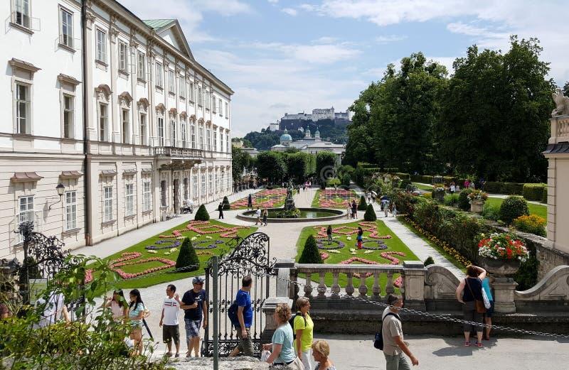 Mirabellgarten fa il giardinaggio in Mozartplatz a Salisburgo, Austria con la gente fotografia stock libera da diritti