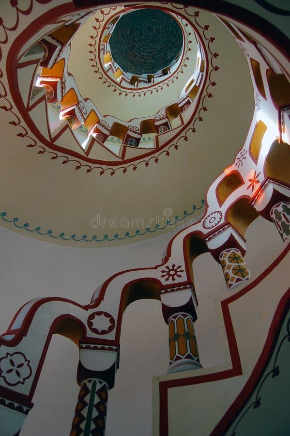Mirada abajo de escalera con diversos símbolos en la barandilla fotos de archivo libres de regalías