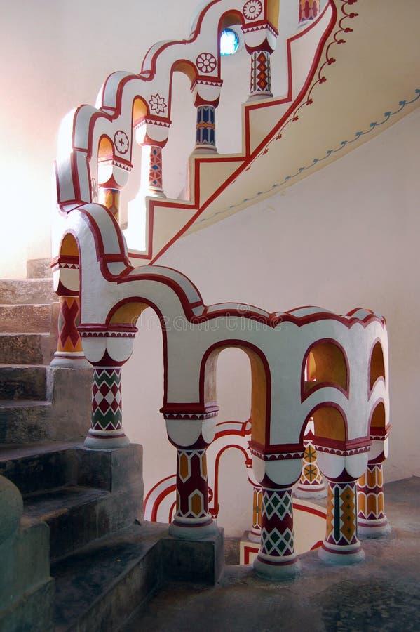Mirada abajo de escalera con diversos símbolos en la barandilla fotos de archivo