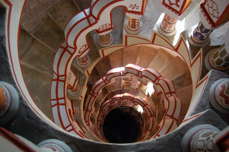 Mirada abajo de escalera con diversos símbolos en la barandilla imagen de archivo libre de regalías