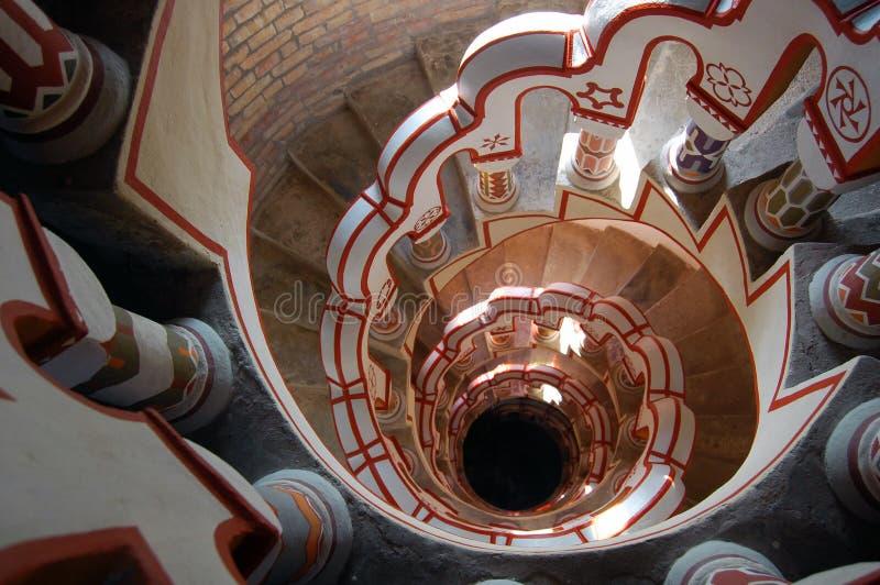 Mirada abajo de escalera con diversos símbolos en la barandilla foto de archivo