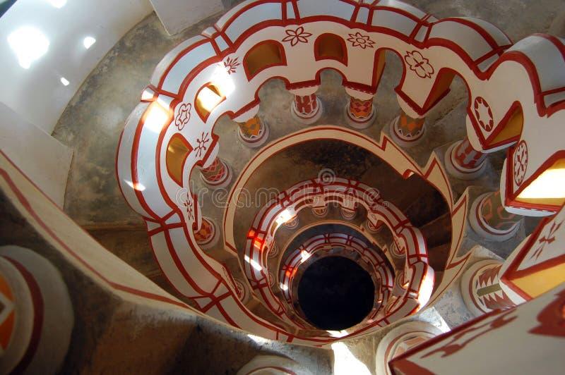 Mirada abajo de escalera con diversos símbolos en la barandilla fotografía de archivo