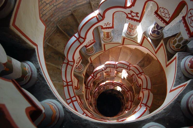 Mirada abajo de escalera con diversos símbolos en la barandilla imágenes de archivo libres de regalías