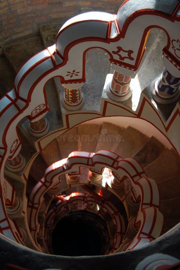 Mirada abajo de escalera con diversos símbolos en la barandilla fotografía de archivo libre de regalías