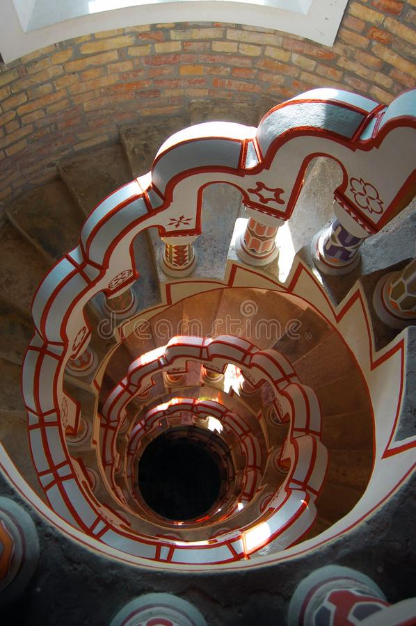 Mirada abajo de escalera con diversos símbolos en la barandilla imagenes de archivo