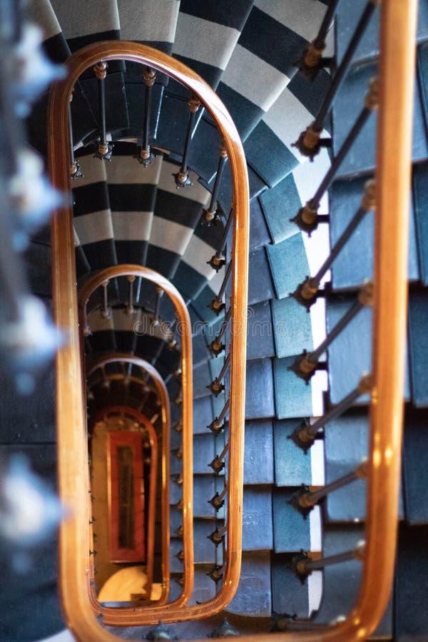 Mirada abajo de escalera en hotel imágenes de archivo libres de regalías