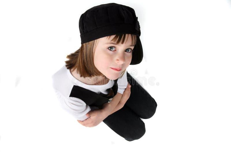 Mirada abajo en la muchacha que se está abrazando imagenes de archivo