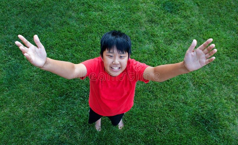 Mirada abajo en un muchacho sonriente imagen de archivo