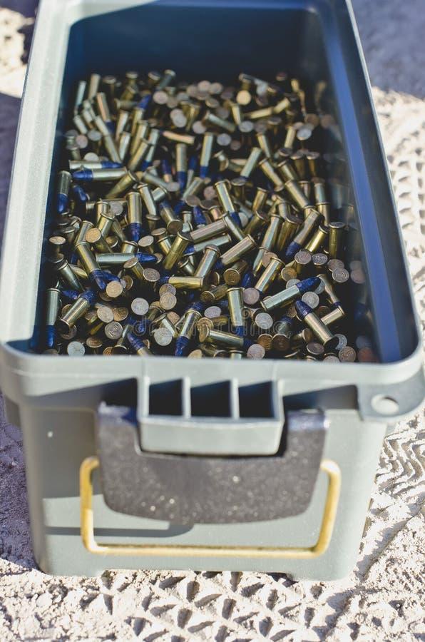 Mirada abajo en una caja de munición por completo de cáscaras imagenes de archivo