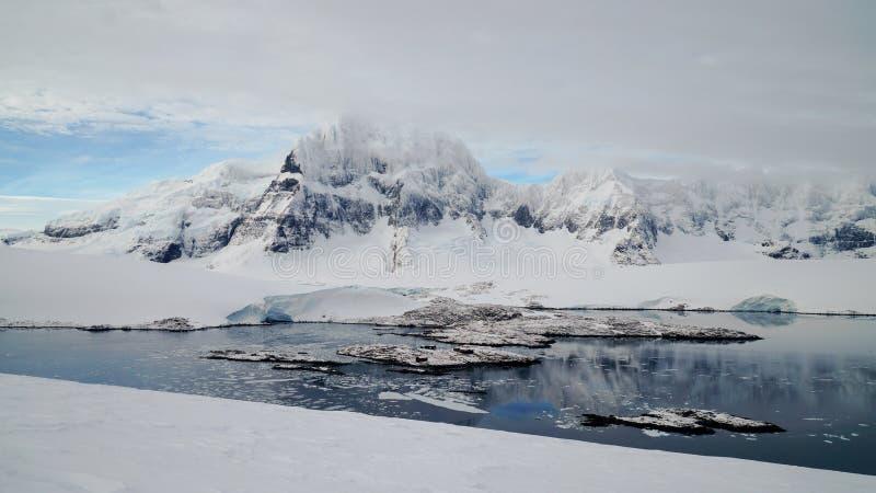 Mirada abajo para virar Lockroy hacia el lado de babor en la isla de Wiencke en la Antártida fotos de archivo libres de regalías