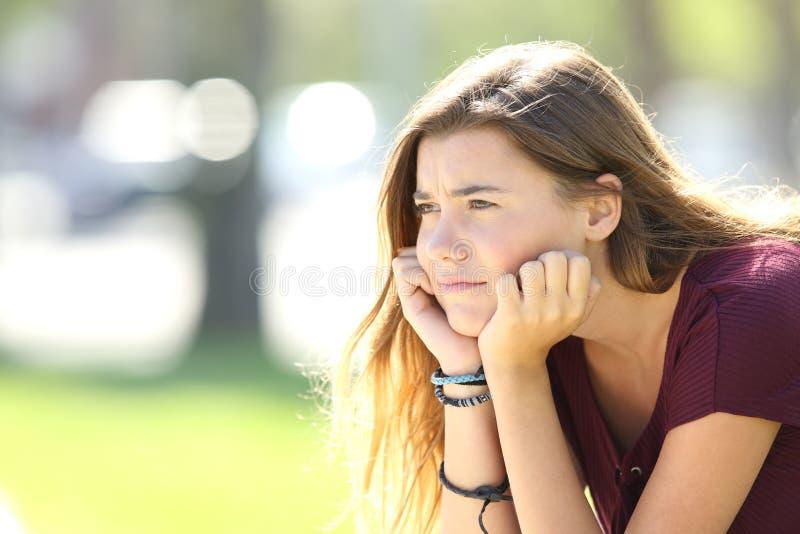 Mirada adolescente enojada lejos en la calle fotografía de archivo