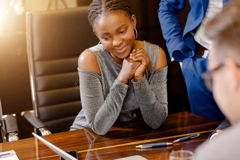 Mirada africana de la empresaria en la cámara en la sala de reunión fotos de archivo libres de regalías