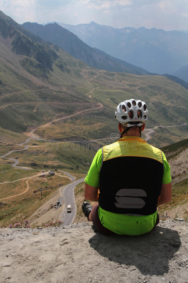 Mirada al camino abajo de la montaña foto de archivo