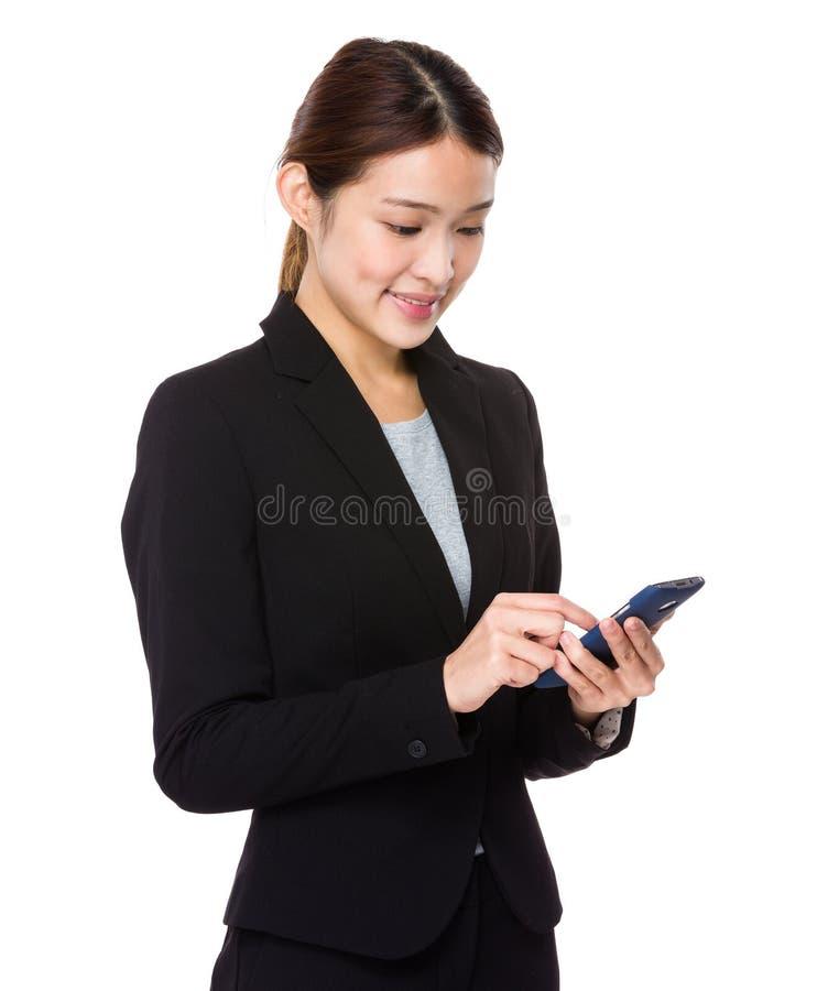 Mirada asiática de la empresaria en el teléfono móvil fotografía de archivo libre de regalías