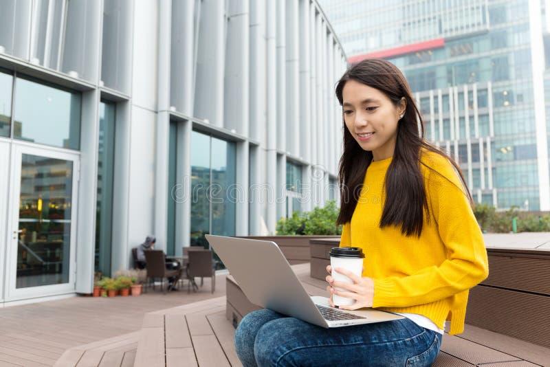 Mirada asiática de la mujer en el ordenador portátil foto de archivo libre de regalías