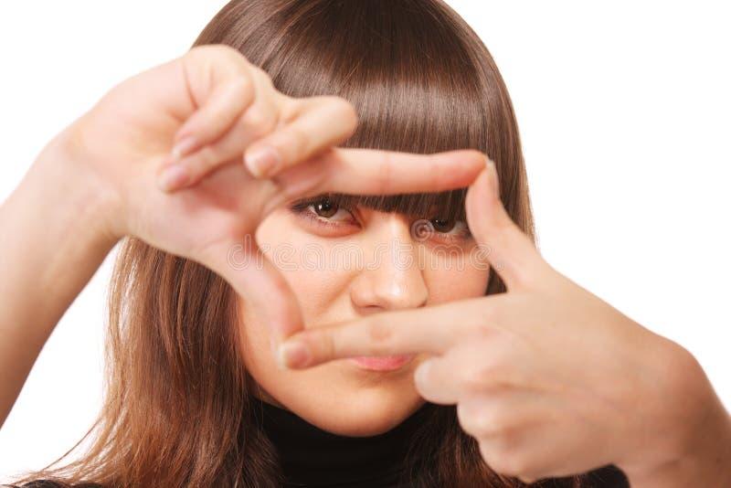 Mirada atenta a través del marco del dedo