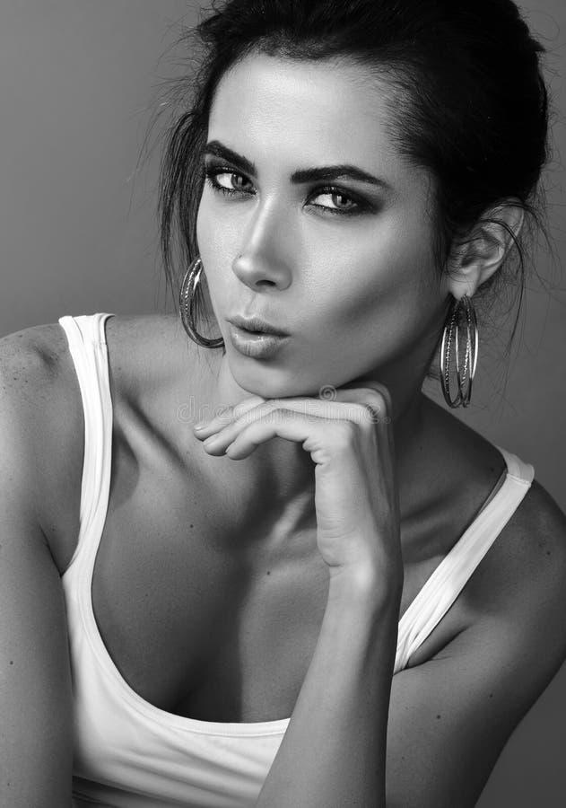 Mirada atractiva Retrato blanco y negro vertical de una mujer joven hermosa en el top sin mangas blanco imagenes de archivo