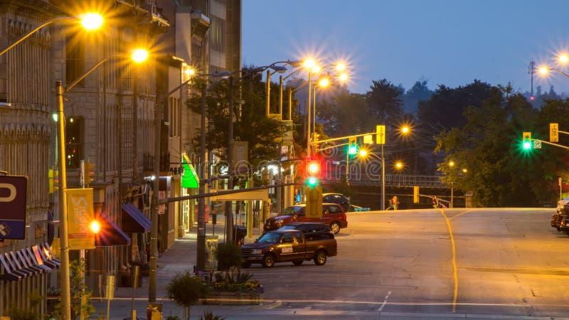 Mirada azul de la hora en el lado norte de la calle de McDonnell imagenes de archivo