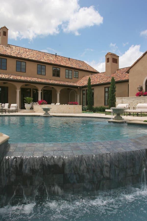 Mirada casera de lujo sobre la piscina fotografía de archivo libre de regalías