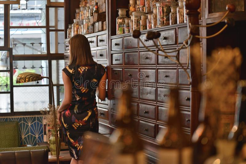 Mirada china de Retro del modelo de moda detrás foto de archivo
