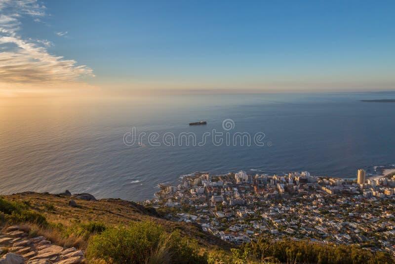Mirada de Cape Town de la montaña de la cabeza del ` s del león imagenes de archivo
