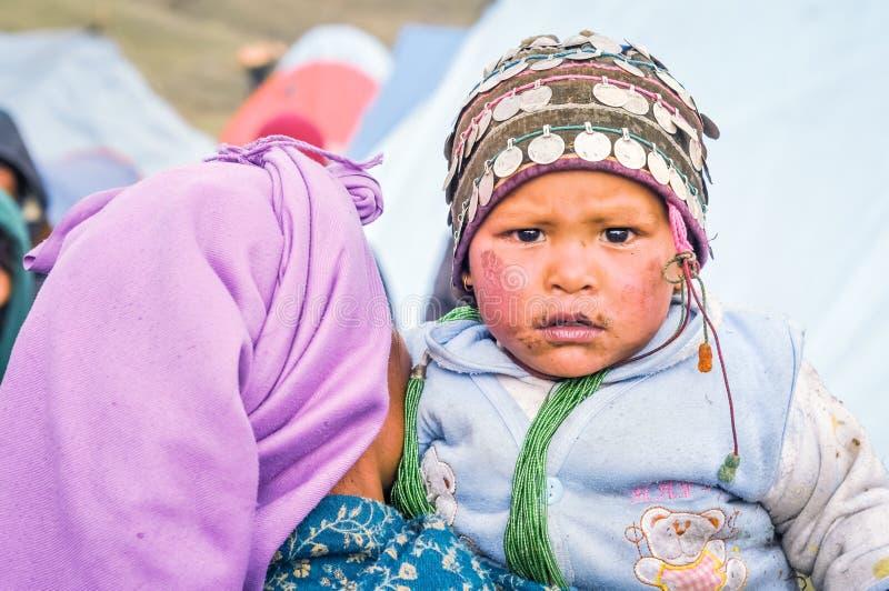 Mirada de Childs en Nepal foto de archivo