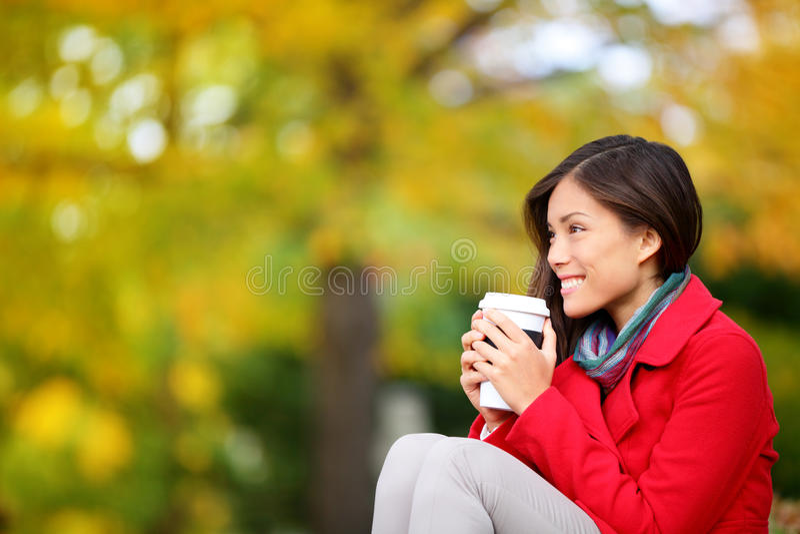 Mirada de consumición del café de la mujer del otoño/de la caída foto de archivo