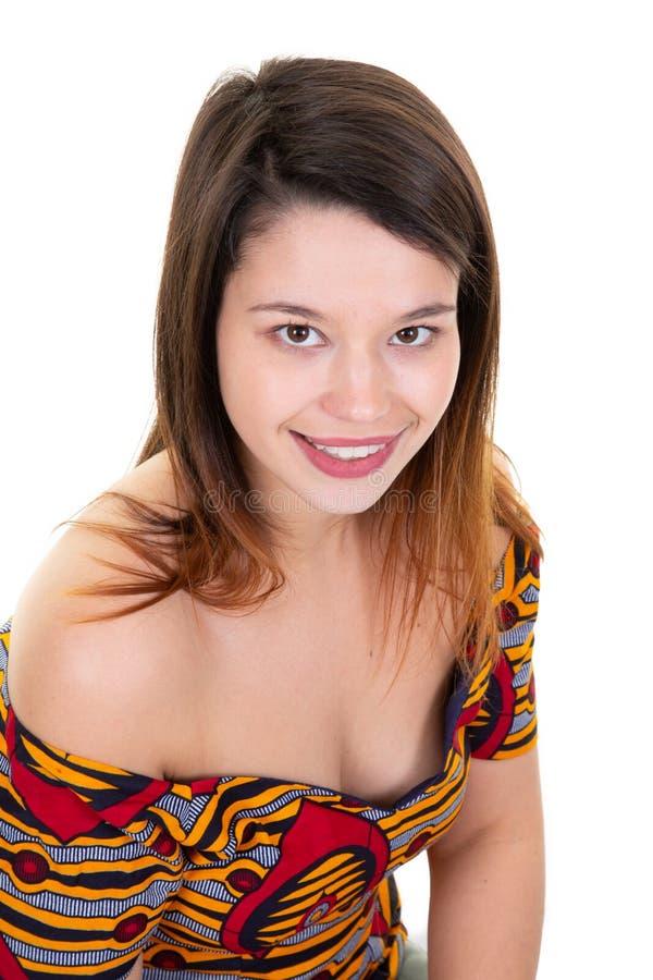 Mirada de la cara del retrato de la mujer joven de la sonrisa de la belleza en el fondo blanco fotografía de archivo libre de regalías