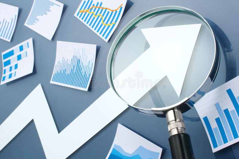 Mirada de la flecha del crecimiento con la lupa Imagen del concepto del gro foto de archivo