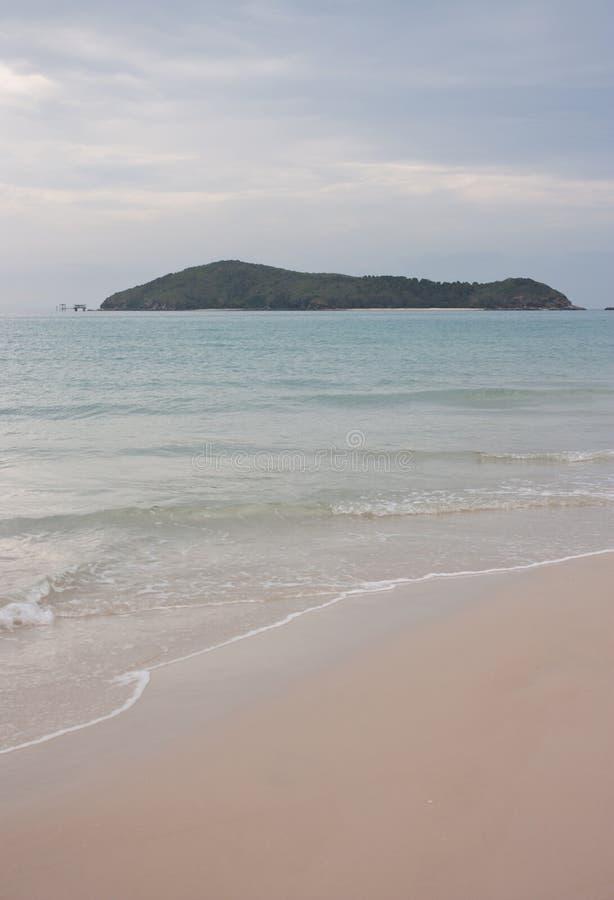 Mirada de la isla media de Keppel en una distancia de la gran playa de la isla de Keppel en el trópico del área del Capricornio e imágenes de archivo libres de regalías