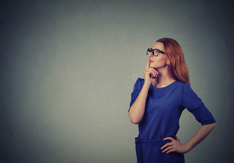 Mirada de pensamiento de la mujer hermosa feliz para arriba imagen de archivo libre de regalías