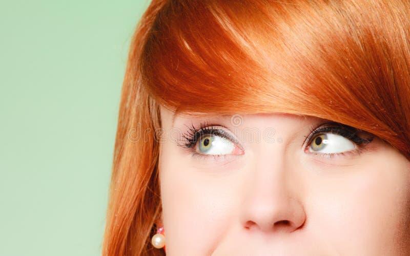 Mirada de pensamiento de la mujer pensativa de la muchacha de Redhair para arriba, imagen de archivo