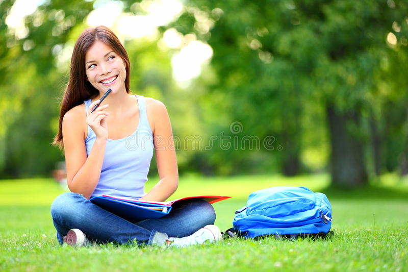 Mirada de pensamiento del estudiante en parque imagen de archivo