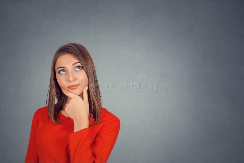 Mirada de pensamiento de la mujer para arriba imagen de archivo libre de regalías