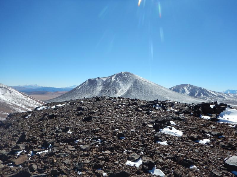 Mirada de un volcán asombroso de otro top del volcán fotografía de archivo libre de regalías