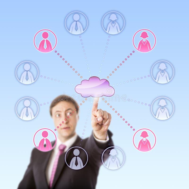 Mirada del encargado Remotely Choosing Workers vía la nube foto de archivo