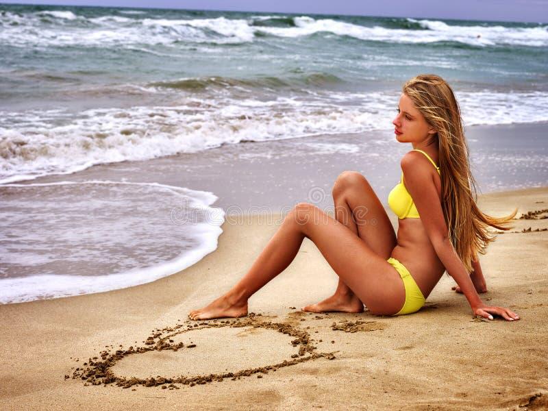 Mirada del mar de la muchacha del verano en el agua foto de archivo libre de regalías