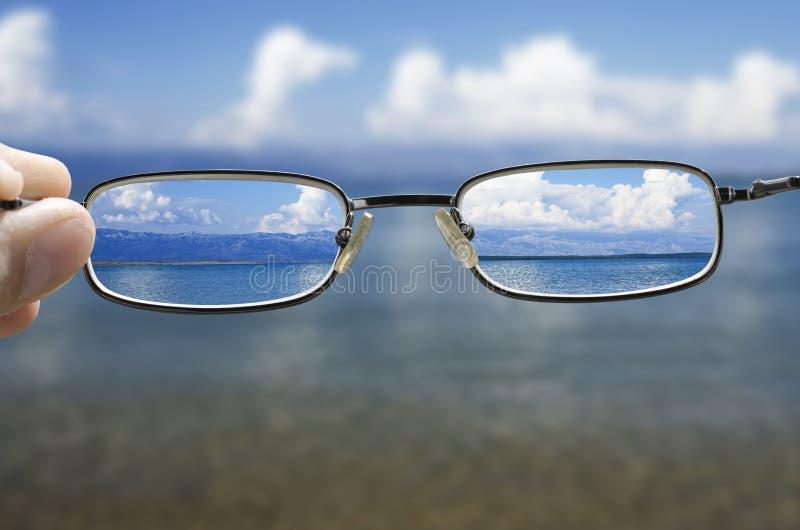 Mirada del mar a través de los vidrios imagen de archivo