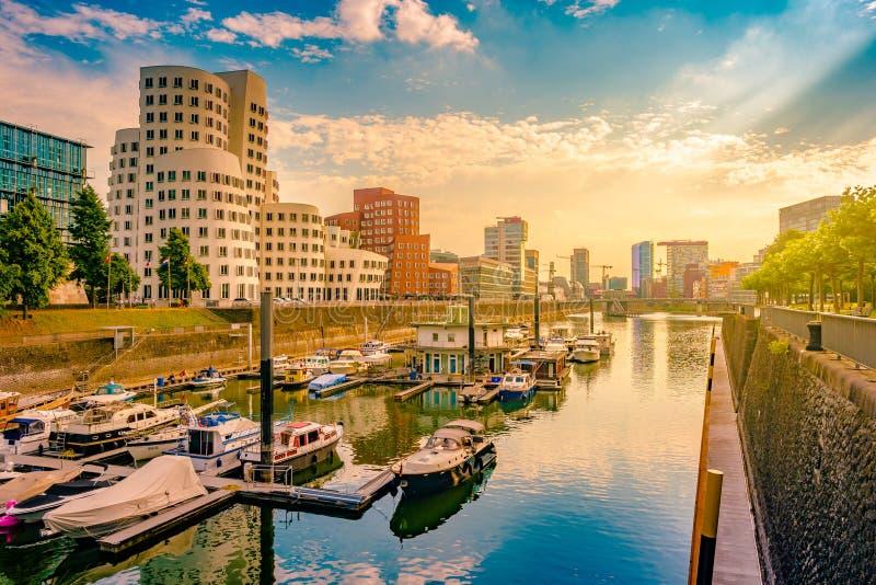 Mirada del medios puerto en el río Rhine en Düsseldorf en Alemania imagen de archivo