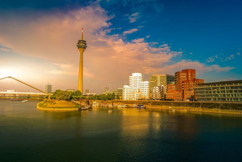 Mirada del medios puerto en el río Rhine en Düsseldorf en Alemania fotos de archivo libres de regalías