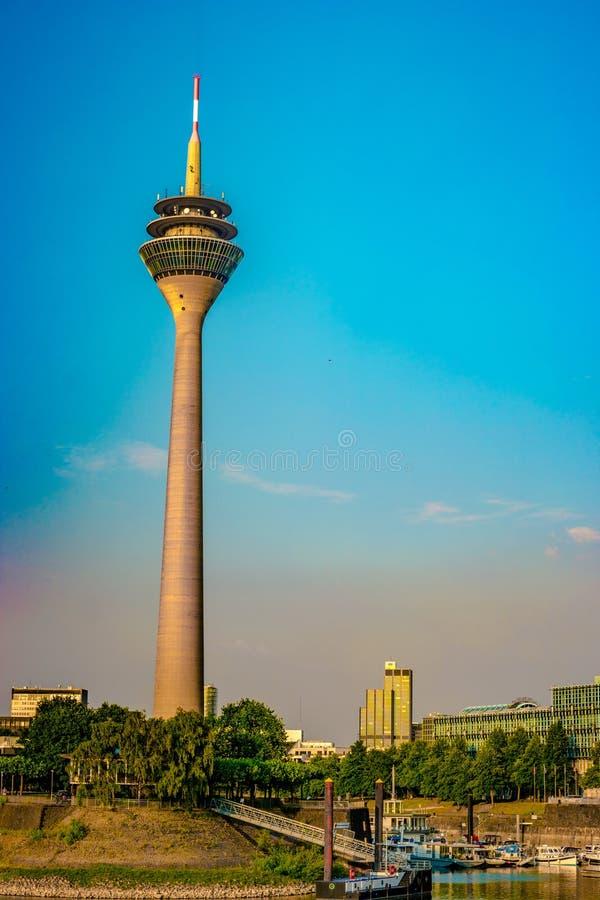 Mirada del medios puerto en el río Rhine en Düsseldorf en Alemania imagen de archivo libre de regalías