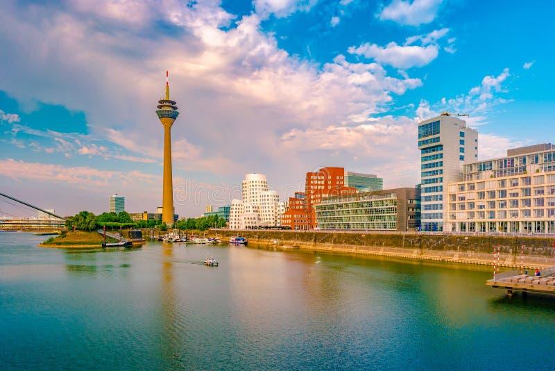 Mirada del medios puerto en el río Rhine en Düsseldorf en Alemania foto de archivo