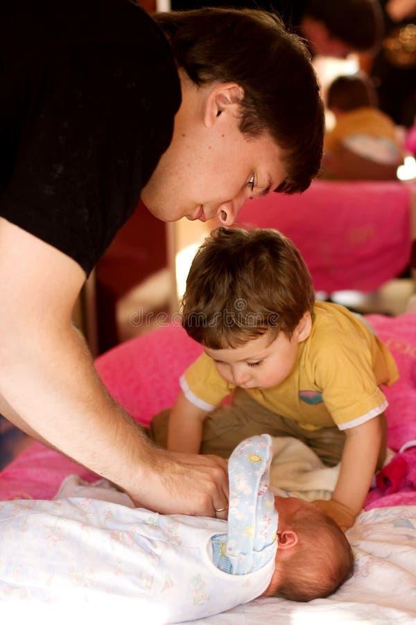 Mirada del padre y del hijo en el bebé recién nacido imagen de archivo libre de regalías