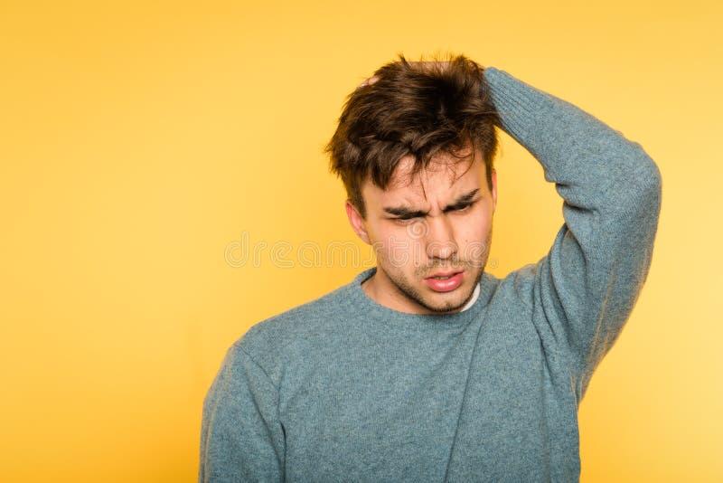 Mirada desconcertada perpleja de la cabeza del rasguño del hombre con aspecto de búho imágenes de archivo libres de regalías
