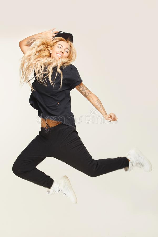 Mirada elegante del swag de la moda de la muchacha del salto aislada en blanco imagenes de archivo