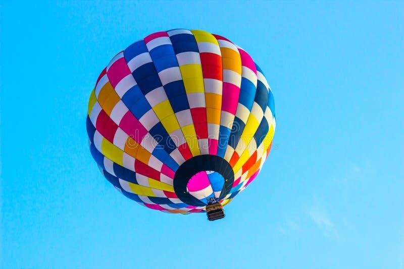 Mirada en el globo coloreado multi del aire caliente fotografía de archivo libre de regalías