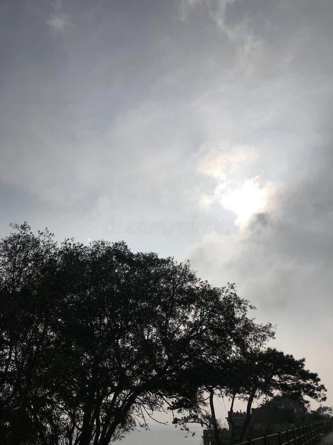 Mirada en un sol de las capas de nubes foto de archivo libre de regalías